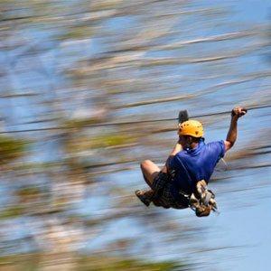 hombre en el canopy Los Suenos Costa Rica