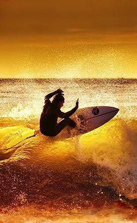 Surfeando olas de Costa Rica